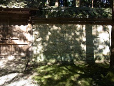 川西市多田神社の土塀と木漏れ日