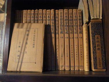 古い書棚の本