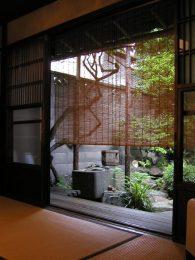 京町家の耐震性 座敷 すだれ 中庭