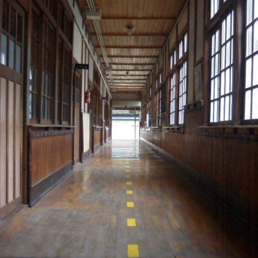西脇小学校の廊下
