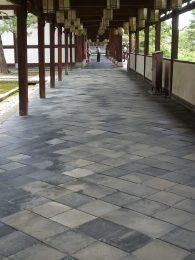 宇治平等院の回廊 四半敷きの瓦土間