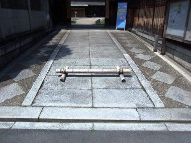 登録文化財 吹田西尾家住宅 入口付近の石畳