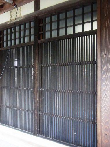 格子戸を収納可能に 古民家改修