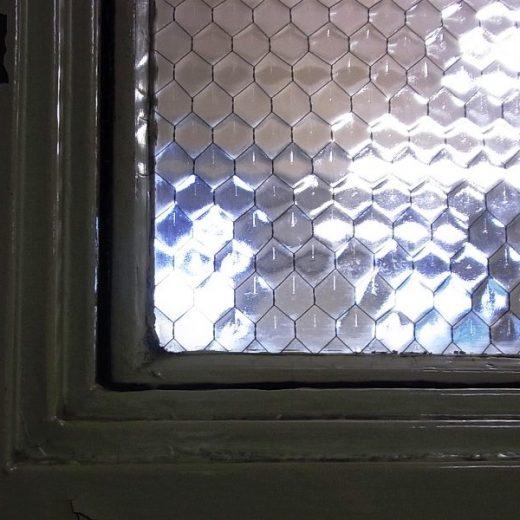 大阪府庁の亀甲網入りガラス