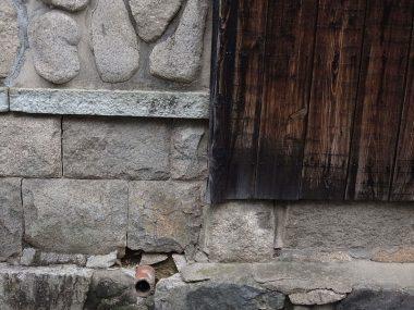 岡本の長屋門 焼き杉板の外壁