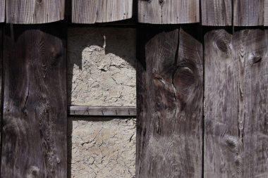 180818八木の焼杉板と後ろの土壁