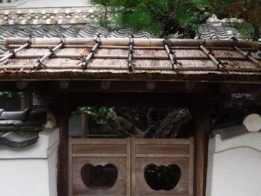170826錆皮葺きの庭門