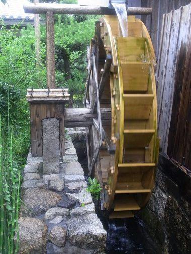 150605沢の鶴の酒米搗き用の水車と水車小屋と唐臼(復元)