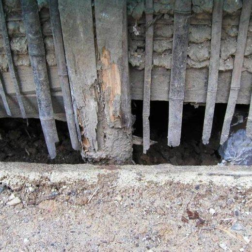 031127西陣の織工場 玉石基礎の腐朽