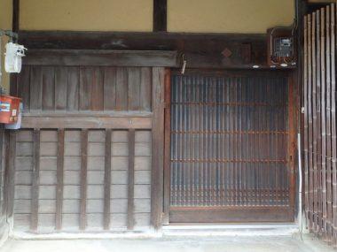 190521大和上ツ道沿いの町家の玄関