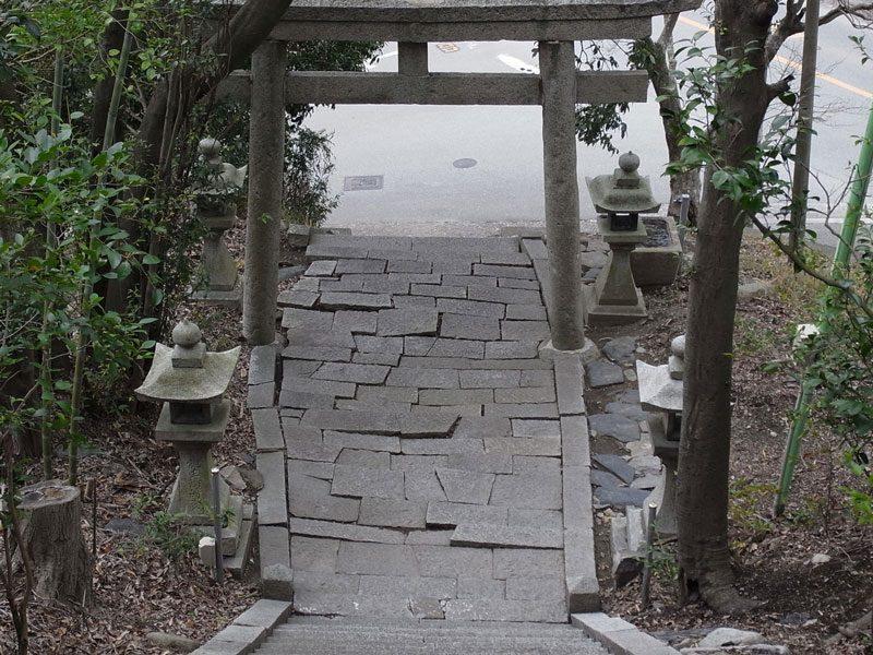 200125池田市伏尾の神明社境内 花崗岩が押し合う石畳