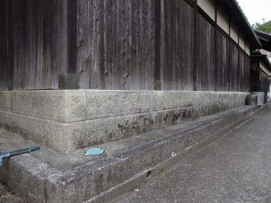 200125池田市伏尾の久安寺前の民家塀の基礎石 縁取りが几帳面