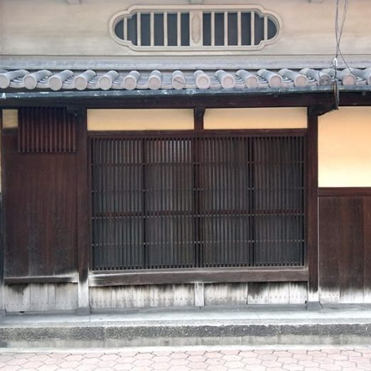 140405貝塚の町家 木瓜型虫籠窓、蛇の目石持瓦、出桁、卵漆喰、袖うだつの家