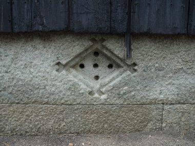 200804明石市八木の土蔵 基礎は竜山の青石 床下換気口2 菱井桁