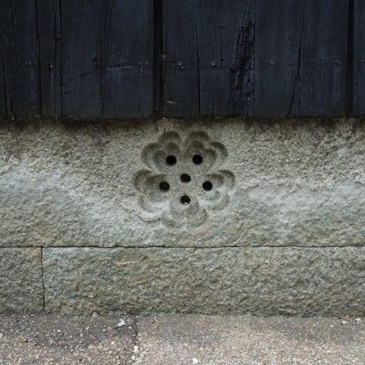 200804明石市八木の土蔵 基礎は竜山の青石 床下換気口2 梅花