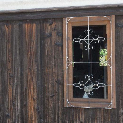 200823明日香村飛鳥のカフェ 焼杉板とステンドグラス